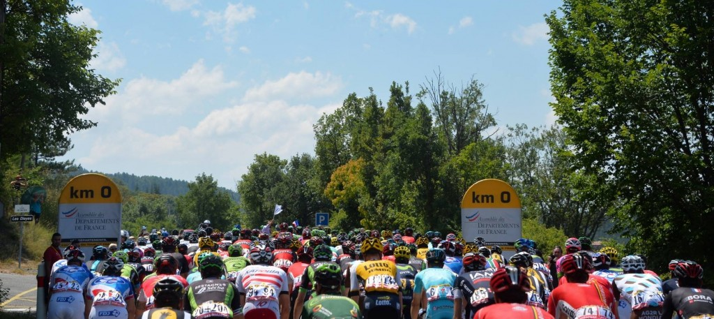 tdf2015_stage17_peloton_on_natural_zone