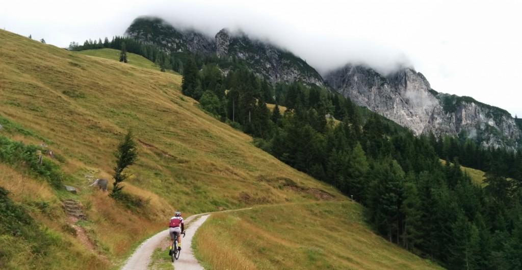 Specialized Diverge ile korkusuzca dağın zirvesine uzanan bozuk yollara girebilirsiniz; üstelik yol bisikletinde arazi - cyclocross bisikleti deneyimi yaşayarak.