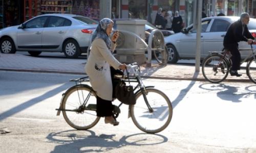 Türkiye, Konyadan bir bisikletli ulaşım örneği. Her şey iyi güzel ama bir şey yanlış: telefonla konuşmak gibi...