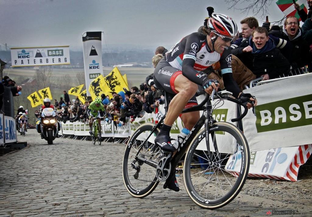 """De Ronde van Vlaanderen 2013, 256 km uzunluğundaki yarışın son sektörü Paterberg de Fabian Cancellara, alışık olduğumuz sürüş pozisyonunda sürekli atak halinde ve Spartaküs, peşine takılan son kaçakları silkelemek üzere. Eğer bir klasik yarışı kazanmak istiyorsanız ve """"kafamı taktiklerle doldurarak sürmek istemiyorum, anı yaşayıp mücadele etmek ve kazanmak benim için daha önemli, daha basit"""" diye itiraf ediyorsanız yapacağınız en mantıklı hareket yaşayan klasiklerin efendisi Fabian Cancellara'nın peşine takılmak olacaktır; Peter Sagan da işte tam da bunu yapmıştı. Cancellara, Oude Kwaremont sektöründen beri tekerinin dibinden bir türlü ayrılmayan genç rakibi Peter Sagan'ın önünde kendisine yarışı kazandıracak atağını yapıyor ve ceap veremeyen Sagan'ın 1 dakika 26 saniye önünde yarışı kazanıyor. Paterberg sektörü yarışın 243. km'sinde ve 360 metre uzunluğunda. Cancellara'nın kullandığı Domane, TREK tarafından klasik yarışlarda kullanılmak için tasarlanan endurance geometrisine sahip bir bisiklet. Fotoğraf: Wessel van Keuk/Cor Vos © 2013"""
