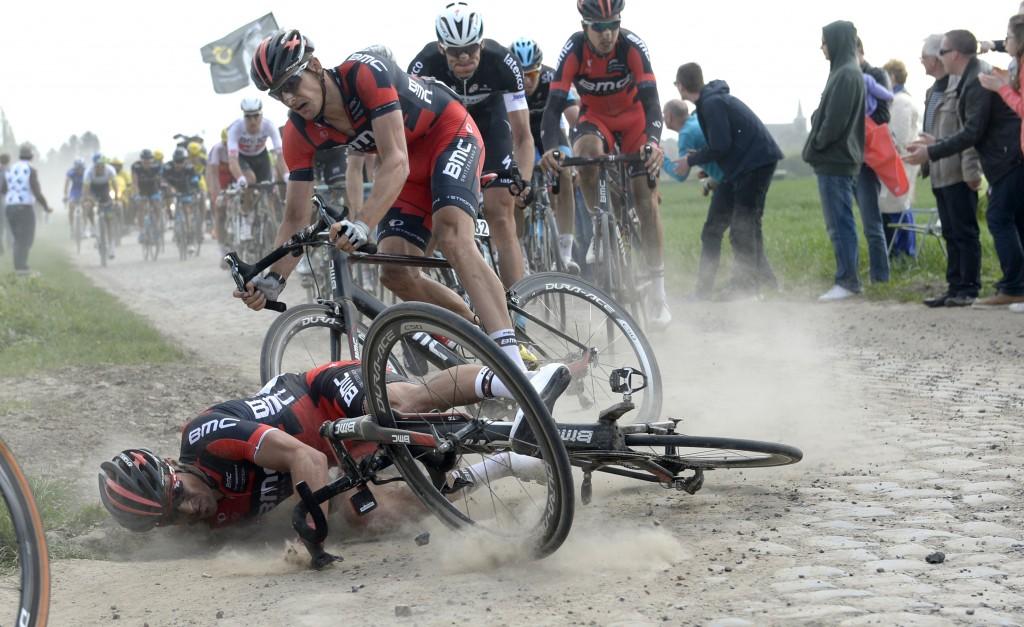 Paris-Roubaix yarışında sıradan bir olay… Yağmurun yağmadığı bir günde toz toprak var, ikisinin de olmadığı bir günde acımasız parke taşlar var, durmanın yarışı kaybettireceği, düşmenin, sele üzerinde işemenin olağan sayıldığı bir günün sonunda ödül olarak sadece bir parke taşı ve de yarışı tamamlayabilmenin mutluluğu var. Fotoğraf 2014 yılında pedallanan yarışa ait. Yarışın Düşen şanssız isim ise BMC takımından Greg Van Avermaet. 2014, Paris - Roubaix, Bmc 2014, Van Avermaet Greg, Burghardt Marcus, Bourghelles a Wannehain