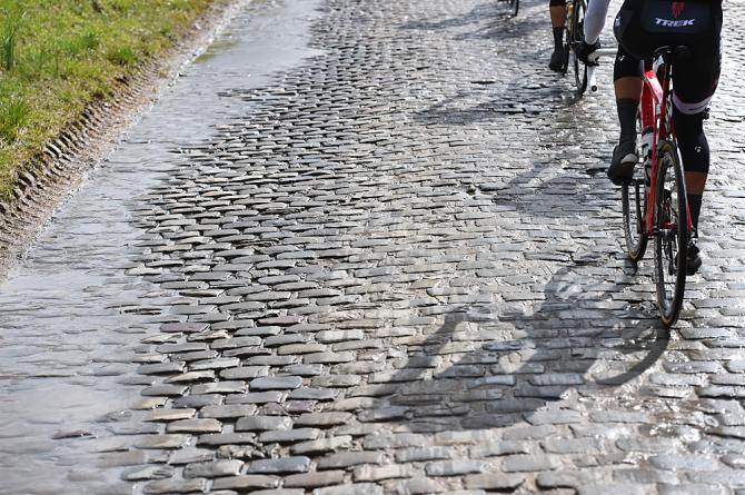 Belçikanın ev sahipilği yaptığı klasik yarışların tamamında görmeye alışık olduğumuz bir görüntü: yağmurun cilaladığı parke taşlar... Nasıl da masum görünüyorlar değil mi? Oysa hepsi beyin ve böbreklerin yerini değiştirme kapasitesine sahipler.