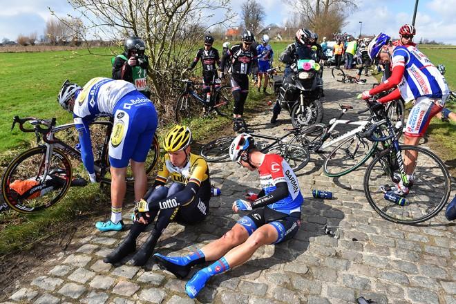Olumsuz hava koşullarıyla birlikte daralan yollarda peloton içinde en iyi pozisyonu alabilmek bazen kötü sonuçlara yol açabiliyor... Fotoğraf yine 2014 yılında Peter Sagan'ın zaferiyle sonuçlanan E3 Harelbeke'den... Bitişe kabaca 40 km kala favorilerin ucuz atlattığı (fotoğrafın önünde Sagan ve Geraint Thomas açıkça belli) kazadan sonra peloton topralanamamış adeta bir kraliçe etaptaki gibi grupetto oluşmuştu.