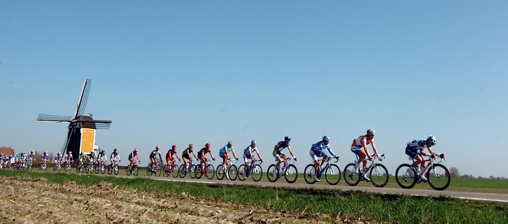 Fotoğraf 2010 yılında Philippe Gilbert'in (Omega Pharma - Lotto 2010) zafere ulaştığı yarıştan. Bir Amstel Gold Race klasiği: Yel değirmeni ve Peloton. Fotoğraftaki yel değirmeni, Arden bölgesinin aşağısında Fransada, Le Tour zamanı ayçiçekleri ile yer değiştiriyor. Bu kare foto muhabirlerinin vazgeçilmezi!