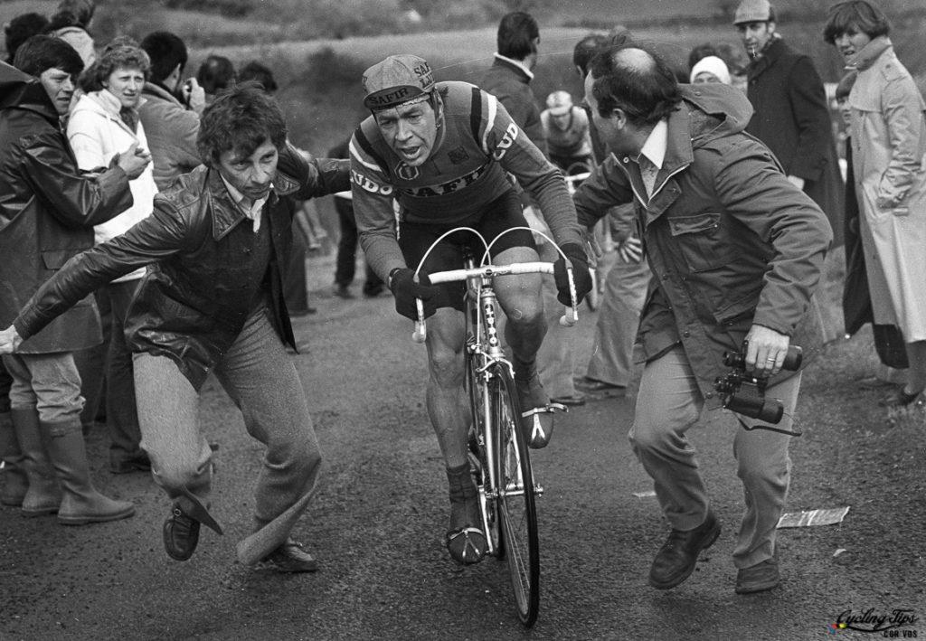 Fotoğraf 1980 yılındaki yarıştan. Yarışın henüz kar fırtınası tarafından esir alınmadığı anlar, Herman van Springel acımasız tırmanışları insan kalabalığını yara ya tırmanmaya çalışırken iki seyirci kendisine yardım ediyor. Herman van Springel, yarışı kar fırtınasına, insafsız tırmanışlara karşın Bernard Hinault'un arkasından 12 dakika sonra 7. olarak bitirecekti. (Kaynak: CyclingTips.com) Wielrennen -cycling - archief -Arhive - stockphoto - Luik-Bastenaken-Luik - Herman van Springel - foto Cor Vos © 1980