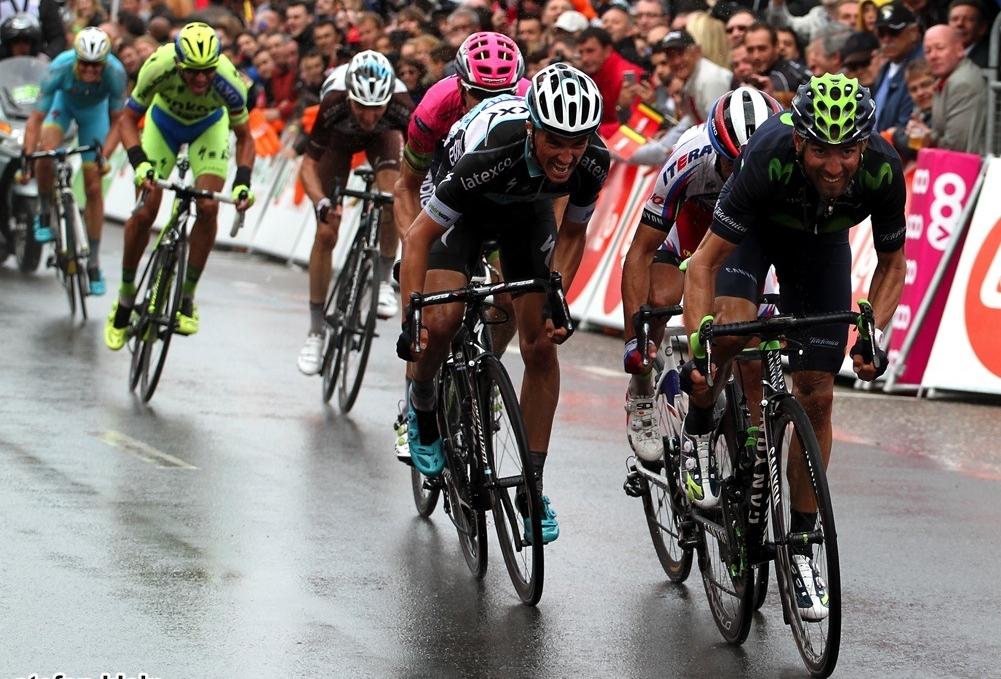 Geçen seneki yarışın son metrelerinden bir kare: Son kilometrelere yaklaşılırken Giro ve Le Tour öncesi kendilerini göstermek, sınamak ve bacaklarını yoklamak için La Doyenne'e katılan genel klasman favorilerinden atak yapanlardan birisi de AG2R La Mondiale takımının genç Fransızı Romain Bardet idi, ancak Etixx-QuickStep'in başını çektiği ana grup bu atağı geri püskürtünce mücadele son metrelere taşınacaktı. Sabırsızlıkla benlenen andan önce 1500 metre kala bitişe şansını deneyen isim Katusha'dan Daniel Moreno oldu. Flamme Rouge'dan tek başına geçen Moreno'nun farkı açmasına karşın birbirine bakan favoriler içinden Movistar'dan Alejandro Valverde atak yapıp öne fırlayınca kuzuların sessizliği bozuldu ve bir anda tempo yükseldi, birbirine bakan herkes; Julian Alaphilippe, Joaquim Rodriguez, Rui Costa, Roman Kreuziger, Romain Bardet, Sergio Luis Henao, Domenico Pozzovivo, Jakob Fuglsang, Daniel Moreno Fernandez toplu sprint sonunda zafere uzanmak için kıyasıya bir mücadeleye girdi, ancak kazanan, doğru yerde atağını yapıp üstünlüğü ele alan Alejandro Valverde oluyordu. Julian Alaphilippe ise bir kez daha gidonunu yumruklarken,bir hafta önce La Fleche Wallonne'da olduğu gibi ikinciliği kabullenemiyordu.