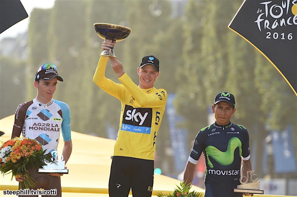Zafer Takının dibine kurulan podyumun ortasındaki isim son 6 yıldır Fransa Bisiklet Turunu domine eden İngliz Chris Froome. İkincilik basamağında ise Fransızların son umudu Romain Bardet. Üçüncülük de iyidir bakışlarıyla duran kavruk tenli ise katıldığı üç Fransa Bisiklet Turunda da Pariste podyuma çıkan Nairo Quintana. Fotoğraf: steephill.tv / @sirotti