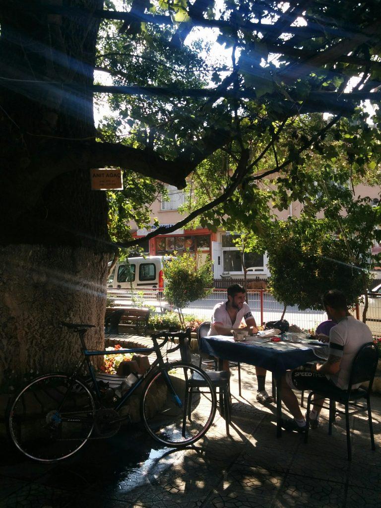 Mahmut Şevket Paşa Köyünün meydanındaki asırlık çınar ağacı gölgesindeki kahvede değil dinlenmek kesintisiz uyuyabilir insan saatlerce!